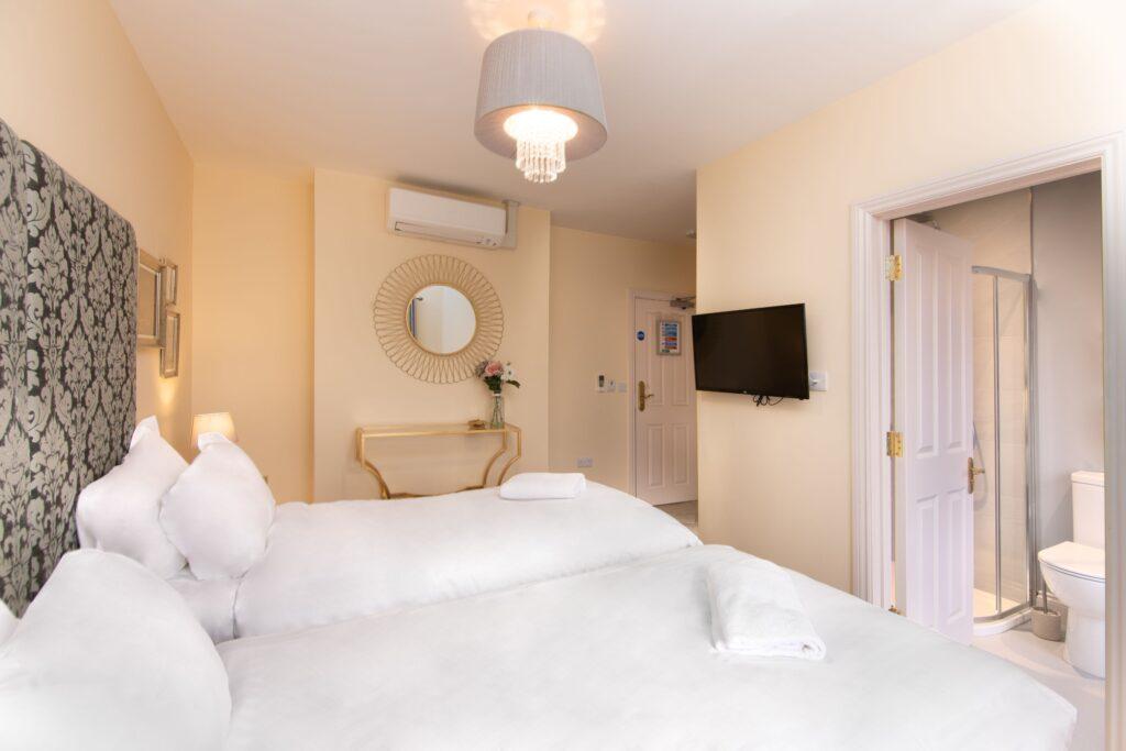 Room 8 - ii - W SM